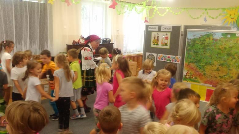 Spotkanie przedszkolaków z artystką ludową w Przedszkolu nr 5 w Skierniewicach [ZDJĘCIA]