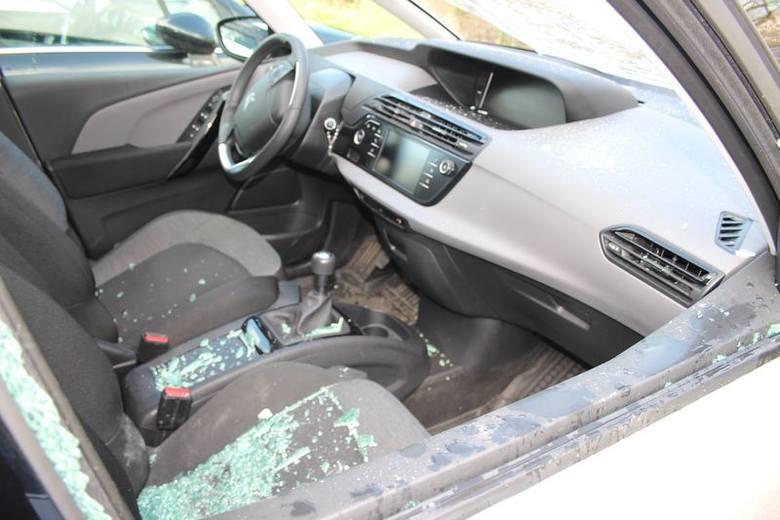 Zniszczone samochody w Strzelcach Opolskich.