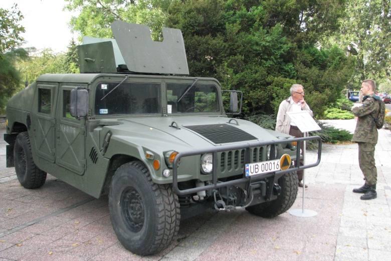 Hummer na placu Jana Pawła II w Opolu.