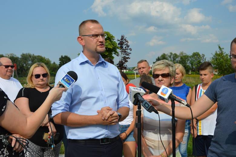 Radny Michał Kądziołka prosi o informacje w sprawie sprawców dewastacji placu zabaw i oferuje wysoką nagrodę za wskazanie winnych.