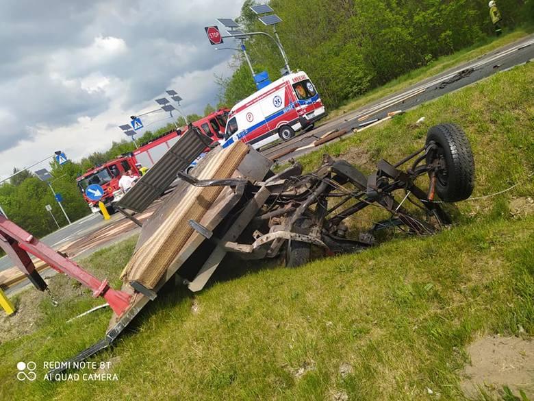Wypadek śmiertelny w gminie Gielniów. Zderzyły się trzy auta, dwie osoby nie żyją! Zablokowana była droga w stronę Końskich