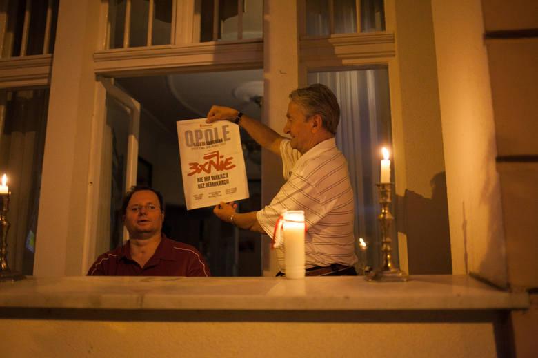 23.07.2017 opole<br /> plac daszynskiego lancuch swiatla protest sad okregowy zmiana ustawy trojpodzial wlady<br /> fot. slawomir mielnik / nowa trybuna opolska<br />