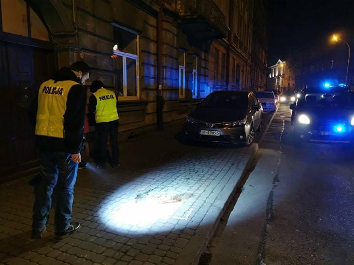 Na ul. Dworskiego w Przemyślu niespełna 18-letnia dziewczyna wypadła z drugiego piętra kamienicy. W ciężkim stanie została przetransportowana do szpitala.Na
