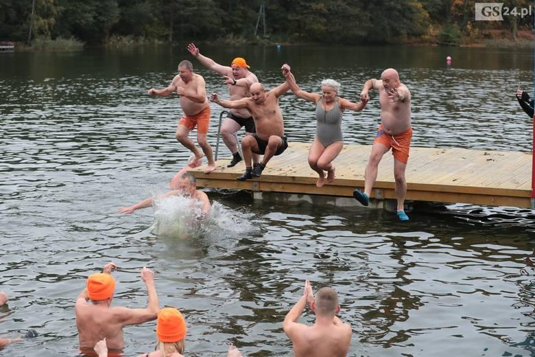 Szczecińsko-Policki Klub Morsów im. Zbyszka Ulatowskiego rozpoczął sezon kąpielowy w Jeziorze Głębokim w Szczecinie. W sobotę kilkadziesiąt osób, ciesząc