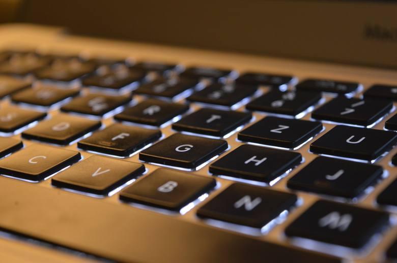 Choć zwykle dotyka jej tylko jedna osoba, klawiatura komputera jest zawsze zanieczyszczona bakteriami. Na jej przyciskach i powierzchni myszy jest ich