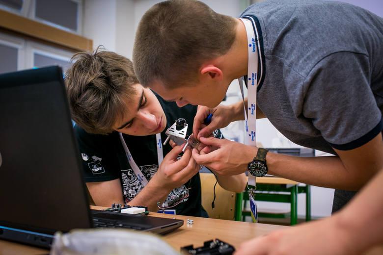 Szycie chirurgiczne, konstrukcja samolotu i programowanie robotów – zobacz, jak spędza wakacje zdolna młodzież