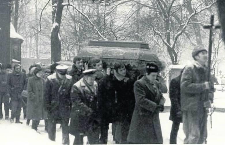 Pogrzeb Ryszarda Gzika. To zdjęcie także wykonał funkcjonariusz SB