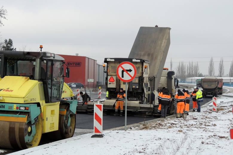 Na ulicy Łódzkiej pomimo zmiennej pogody cały czas trwają roboty. Obejmują one przebudowę sieci podziemnej i usuwanie kolizji drogowych. Zobacz także: