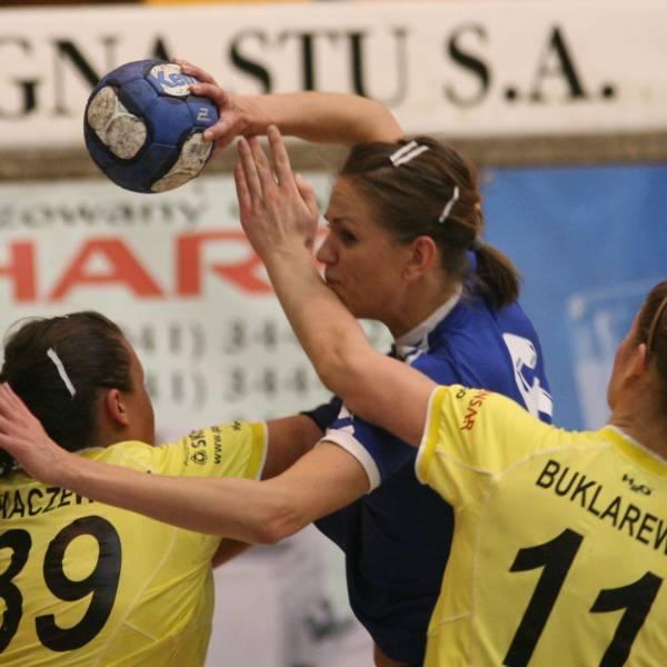 Aleksandra Pokrzywka, która wróciła z Cypru, w sobotnim meczu zdobyła pięć bramek, ale nie zachwyciła formą.