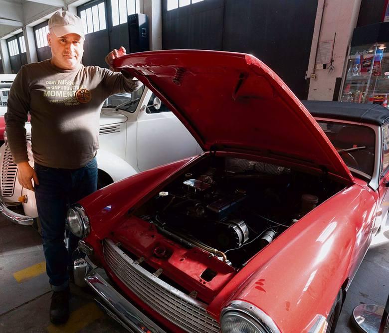 Adam Michalski z dumą pokazuje swoje MG, które samodzielnie odrestaurował . Razem z żoną wybrali się nim w podróż do Rumunii