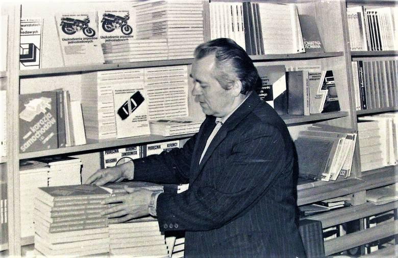 """Wrzesień 1981 r., przy regałach kierownik księgarni """"Pegaz"""", zasłużony słupszczanin Józef Muczke"""