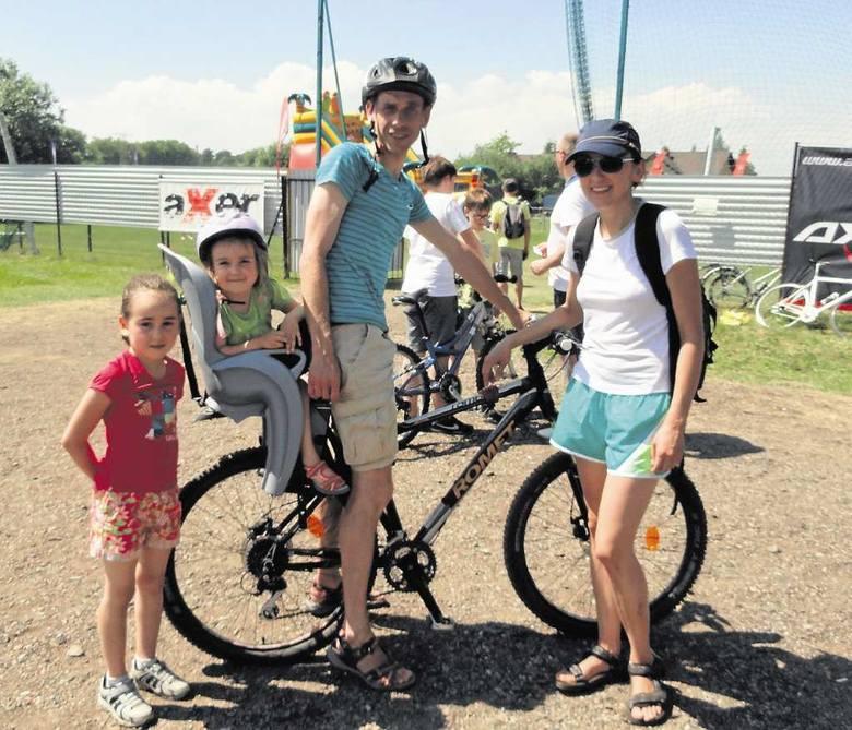 Nina i Lenka przejechały 12-km trasę z tatą, a mama czekała mecie