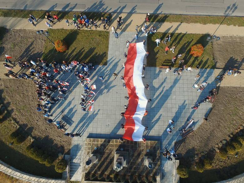 Tak uczniowie Zespołu Szkół Technicznych uczcili 100 - lecie odzyskania niepodległości. Zobacz zdjęcia z drona