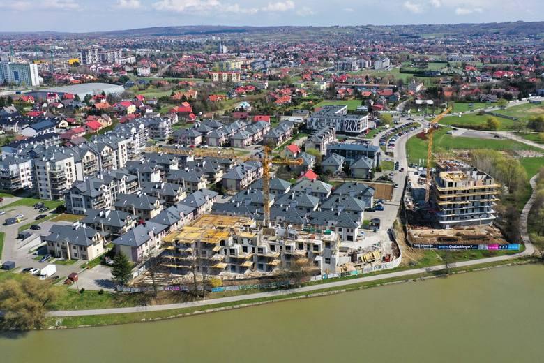 Przy Wisłoku na Drabiniance miało powstać 'kameralne' osiedle. Dziś budowane są tu bloki tuż przy rzece.