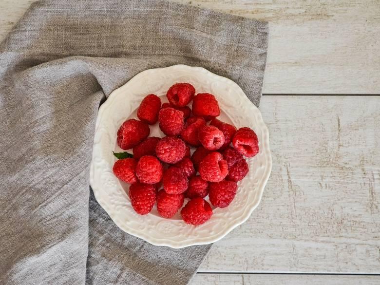 Sok z malin jest często polecany przy leczeniu przeziębienia. Podobno dodany do herbaty może bardzo pomóc nam w procesie zdrowienia. Czy aby na pewno?