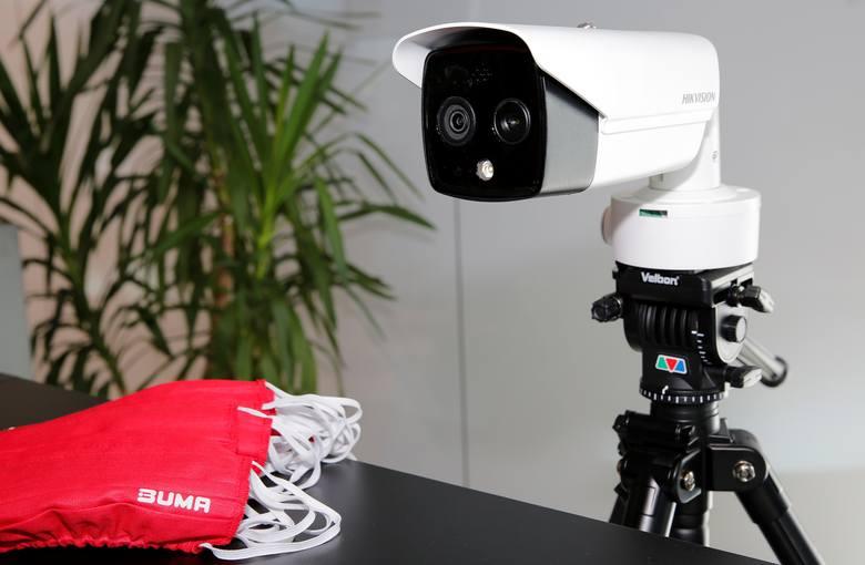 Grupa Buma zakupiła m.in. kamery termowizyjne, za pomocą których wszyscy wchodzący do budynku mają możliwość sprawdzenia temperatury ciała. Pierwsze takie kamery zainstalowane są już w recepcjach budynków Wadowicka 3 i Dot Office G, a kolejne montowane będą w pozostałych biurowcach na życzenie...