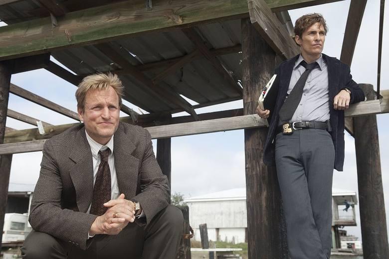 """Jeśli poszukujesz dobrej, kryminalnej historii trzymającej w napięciu, postaw na """"Detektywa"""". To zaledwie 2 sezony, łącznie 16 odcinków, więc dla prawdziwego"""