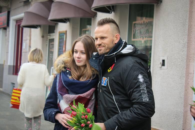 Jagiellonia Białystok przygotowała specjalną akcję na Dzień Kobiet. Po południu Mariusz Pawełek, Dawid Szymonowicz oraz Guilherme rozdawali napotkanym