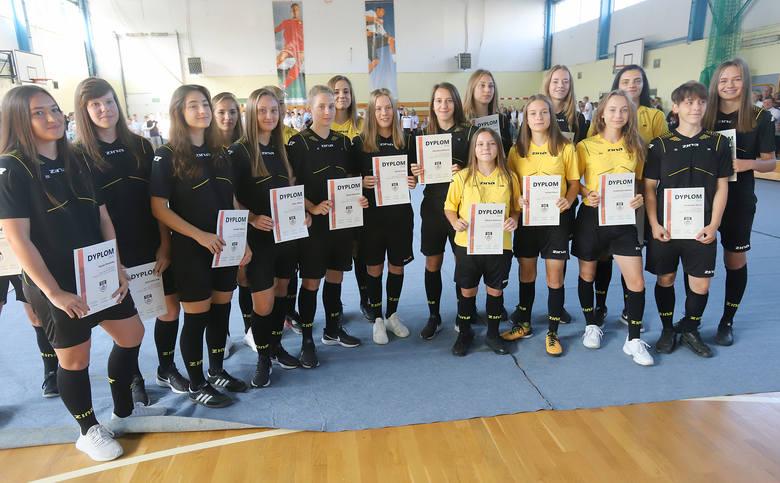 Piłkarki Szkoły Mistrzostwa Sportowego z dyplomami za ukończenie kursu sędziowskiego