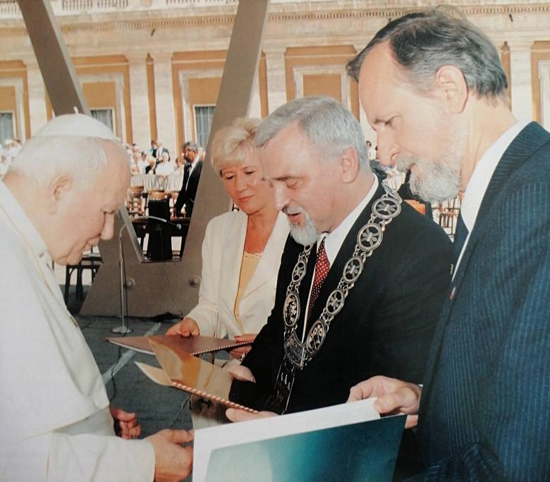 Plac św. Piotra w Rzymie, 2 lipca 1997 r. Prezes Towarzystwa Polsko-Włoskiego Elżbieta Renzetti, prezydent Bydgoszczy Henryk Sapalski i sekretarz miasta