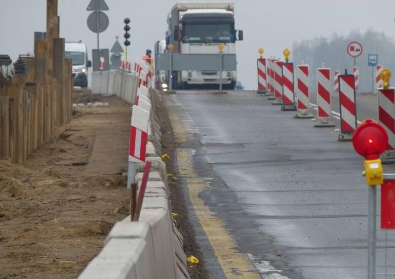 Tylko na niewiele ponad połowie naszych dróg, stan nawierzchni oceniono jako dobry. Z jednej strony dróg w Polsce przybywa - pod koniec 2003 roku mieliśmy