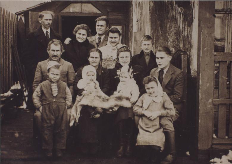 Rodzina Janionów w roku 1943 w Janowie Polskim podczas okupacji. Brak brata Mamerta - wywieziony na roboty do Niemiec.