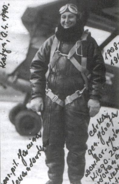 Janina Lewandowska w stroju lotnika.