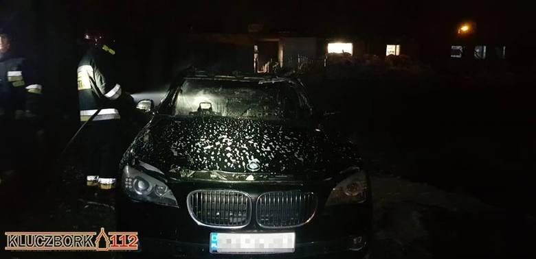 Do pożaru doszło w nocy ze wtorku na środę. Tuż przed północą przy ul. Katowickiej (w pobliżu komendy policji) w płomieniach stanęło luksusowe bmw. Auto