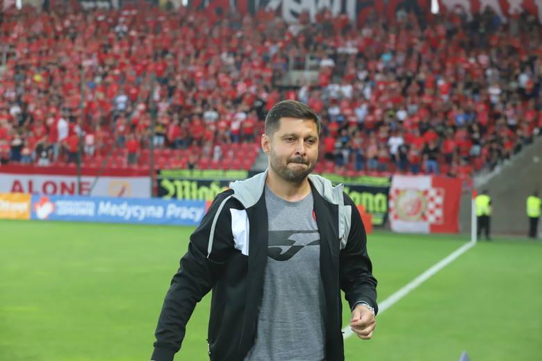 Trener Marcin Kaczmarek na tle kibiców Widzewa