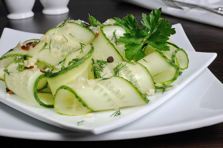 Dieta dr Dąbrowskiej obfituje w świeże zioła i tak niskokaloryczne warzywa, jak ogórki.