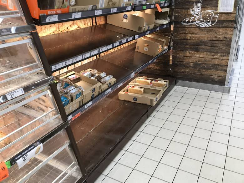 Półki w sklepach świecą pustkami. Od wczoraj, gdy zapadła decyzja o zamknięciu szkół, przedszkoli, kin i teatrów, Polacy wykupują co się da. W marketach