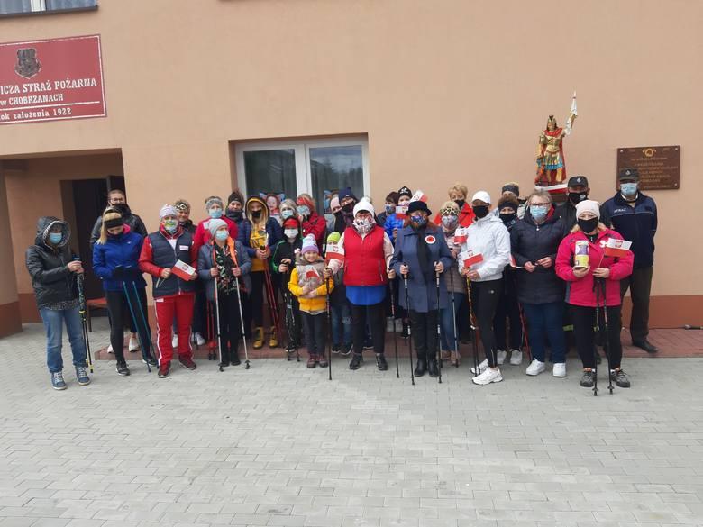 W Chobrzanach, w gminie Samborzec poszli z kijami w marszu patriotycznym dla chorego Bartusia . Połączyli zdrowy spacer ze zbiórką pieniędzy