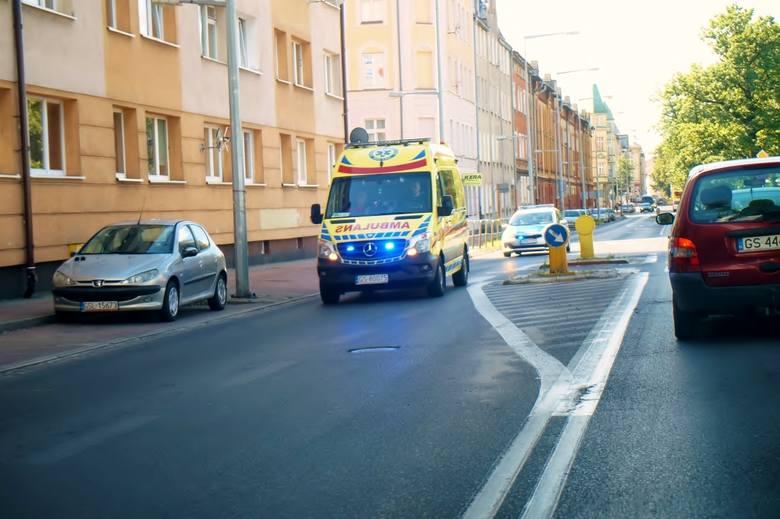 W poniedziałek ok. godz. 11 kierujący samochodem osobowym, wykonując manewr skrętu w prawo z ul. 3-go Maja w ulicę Kołłątaja, potrącił kobietę przechodzącą