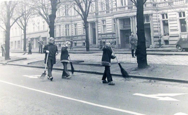 Uczniowie słupskich szkół podczas prac porządkowych na al. Wojska Polskiego w 1973 roku
