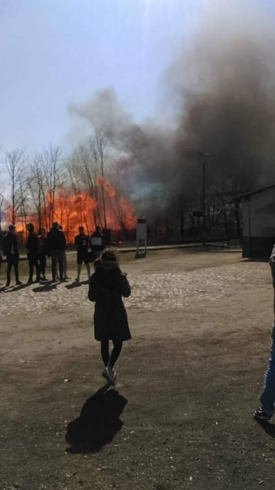 Wielki pożar tartaku w Dziemianach pod Kościerzyną, 14.04. 2019. Aż 22 zastępy strażaków brały udział w akcji gaśniczej [zdjęcia, video]