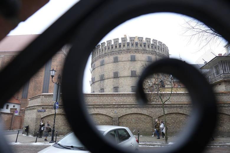 Zobacz, jak prezentuje się toruński okrąglak od środka! Zaglądamy do cel w toruńskim areszcie śledczym. Z materiału dowiesz się również m.in. co mieści