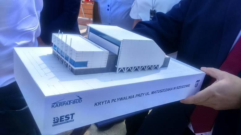25 mln zł będzie kosztować budowa nowego basenu przy ul. Matuszczaka w Rzeszowie. Jej makietę władze miasta zaprezentowały podczas trwającej właśnie