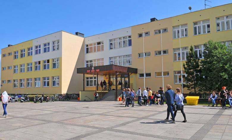 7. III LO w Toruniu, czterdzieste siódme miejsce w regionie, 1000+ w krajuZobacz też:Najlepsze szkoły średnie w kujawsko-pomorskim wg PerspektywZimowe