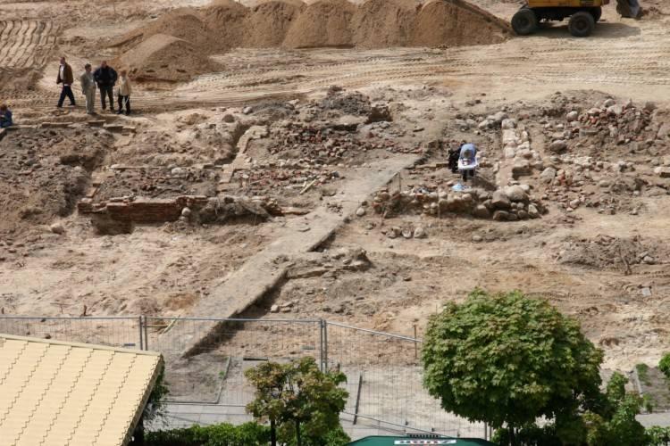 Odkopane fundamenty wagi miejskiej zakopano i upamiętniono tablicą z kramnicami