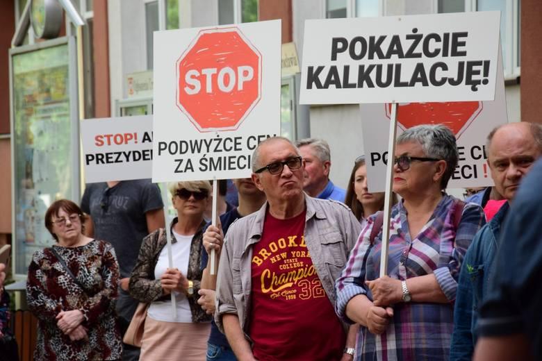 Kilkadziesiąt osób zebrało się w środowe popołudnie pod ratuszem w Inowrocławiu. Mieszkańcy protestowali przeciwko ostatniej podwyżce opłat za śmieci