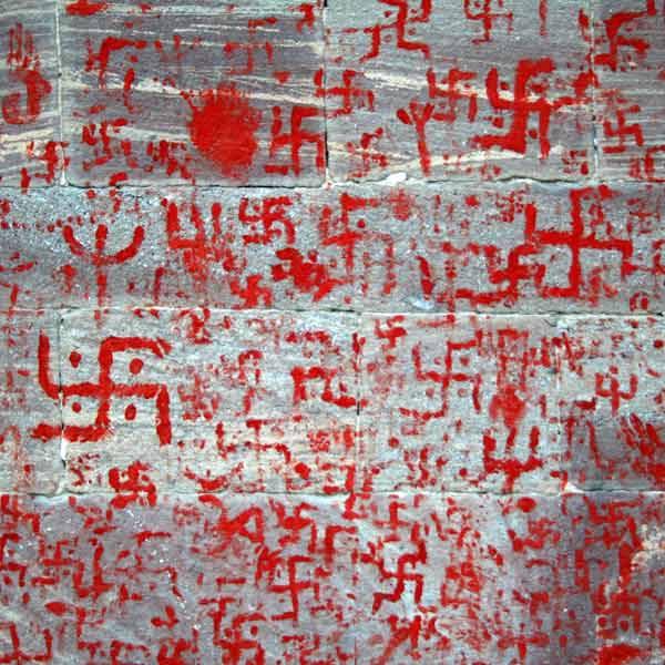 """Podróz po Indiach<br /> Swastyka (w sanskrycie od &#8222;swasti"""" &#8212; szczeście) - mistyczny znak religijny w formie lamanego krzyza, mający przynosic szczeście. W Indiach towarzyszy nam co krok, umieszczany jest m.in. na ścianach świątyn, nad wejściami do domów itp."""
