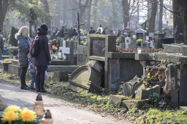 Dzieła obdarzone odpustem zupełnym:* nawiedzenie cmentarza w dniach od 1 do 8 listopada połączone z modlitwą - choćby tylko w myśli - za zmarłych (odpust