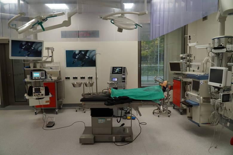 - Mamy rewelacyjne stoły operacyjne, świetne lampy, które dodatkowo mogą dawać nam przyjemne zielone światło, np. w trakcie zabiegów wideoskopowych, to wyjątkowy komfort - tłumaczy prof. Przemysław Mańkowski.