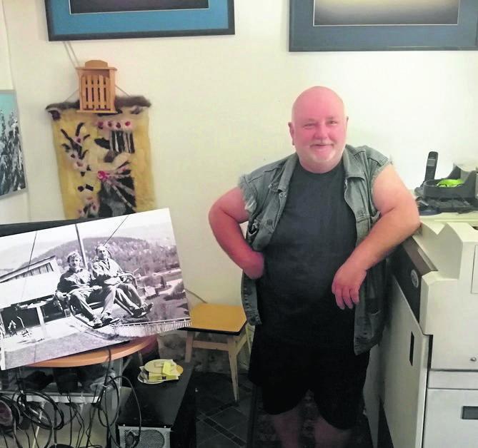 Marek Więcławek w swoim warsztacie fotograficznym. Pierwszy pod Czantorią zdjęcia robił jego ojciec Andrzej