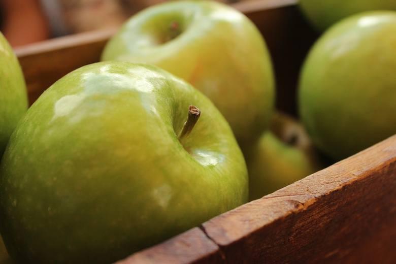 Jabłka zapewniają naturalną fruktozę, węglowodany i błonnik, które pozwalają organizmowi wchłaniać cukier powoli i stopniowo. Daje to dłuższą, trwałą