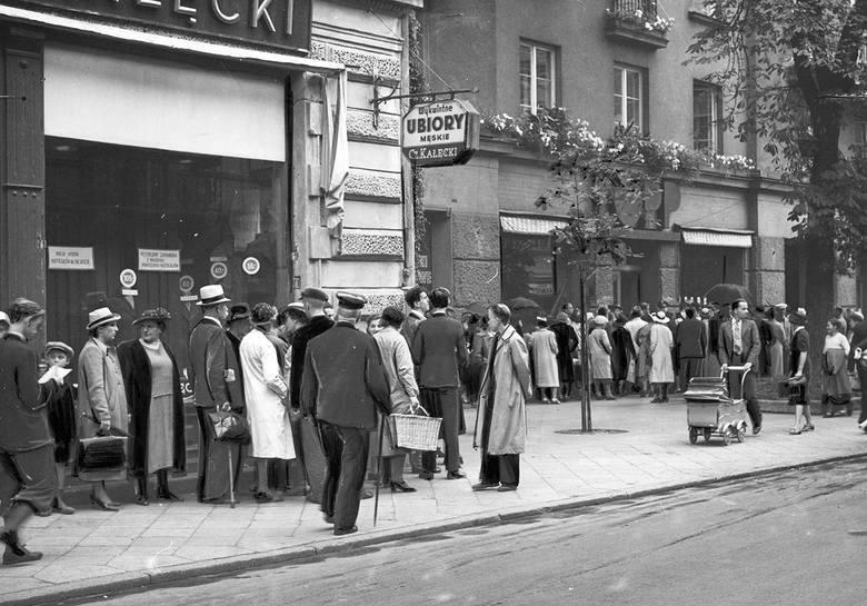 Przed sklepami ustawiały się kolejki, ludzie robią zapasy spożywcze, kupują lekarstwa