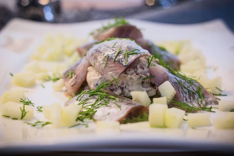 Aby przyspieszyć metabolizm, warto regularnie sięgać po ryby morskie bogate w kwasy tłuszczowe omega-3, takie jak np. śledzie.
