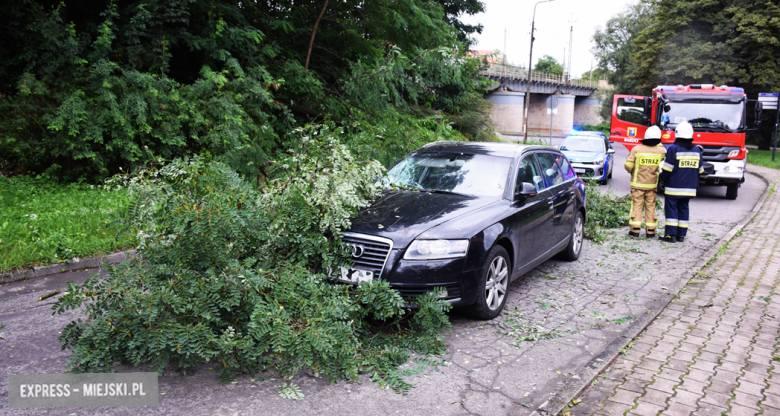 Konar spadł na samochód przy ul. Krakowskiej w Bardzie
