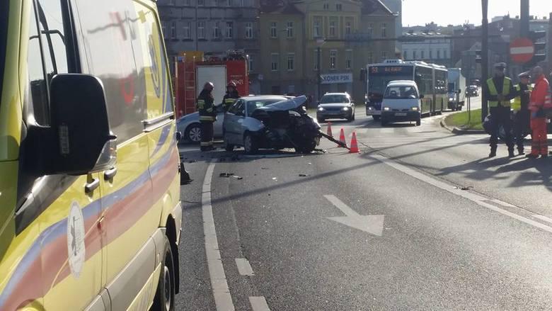 Pechowo rozpoczęła się środa (2 maja) na bydgoskich drogach. Na placu Poznańskim, na wysokości WKU, zderzyły się dwa samochody osobowe. Seatem i mitsubishi