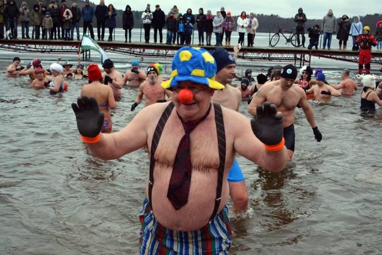 W niedzielę (18 lutego) amatorzy zimnych kąpieli, już po raz dziewiąty spotkali się nad białoborskim jeziorem Łobez. Jak zwykle ich wyczyny cieszyły